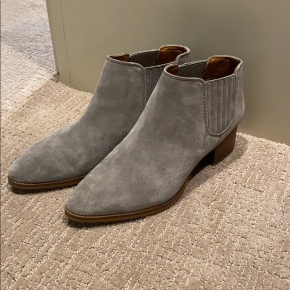Short pointed booties